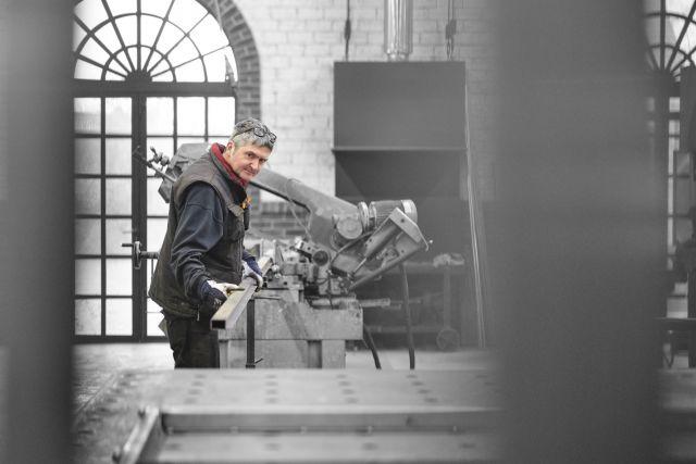 Marco werkt in de staalatelier aan een stalen deur.