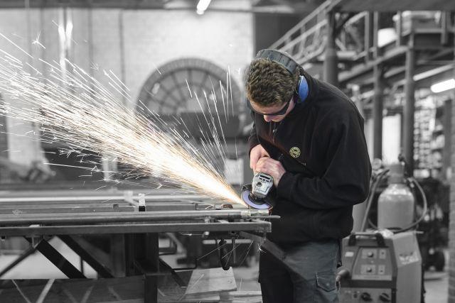 Gijs werkt aan een stalen deur in het staalatelier in Made.