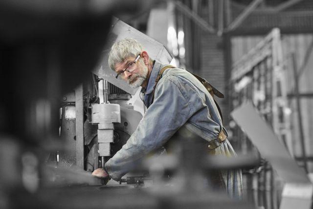 Mannen van staal, Theo is geconcentreerd bezig aan een stalen pui.