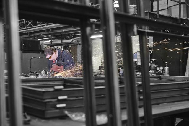Mannen van staal, Dave werkt aan een stalen kozijn.