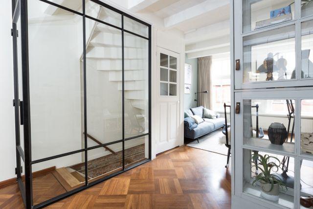 Stalen wand als afsluiting van de trap in aflevering van verbouwen of verhuizen vtwonen in Vlaardingen.