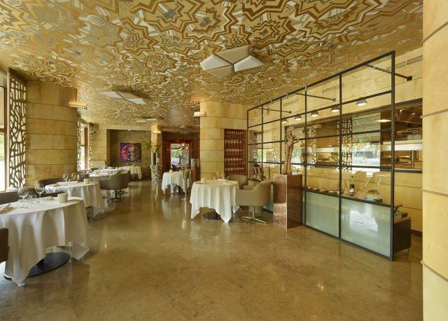 Stalen wand als roomdivider tussen foodbalie en restaurant. Project Fred Rotterdam.