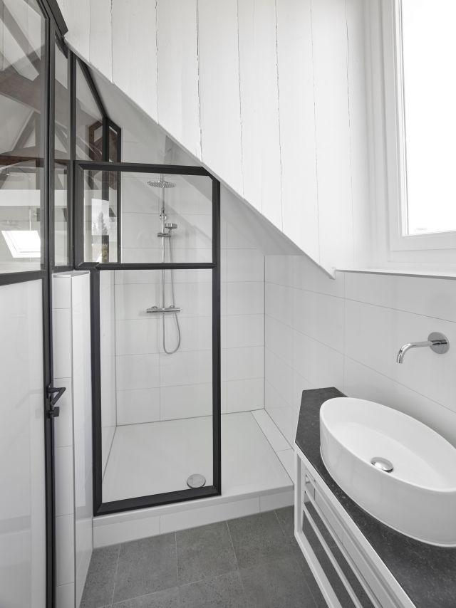 Een stalen douchewand geeft het appartement in Dordrecht een industriële look.