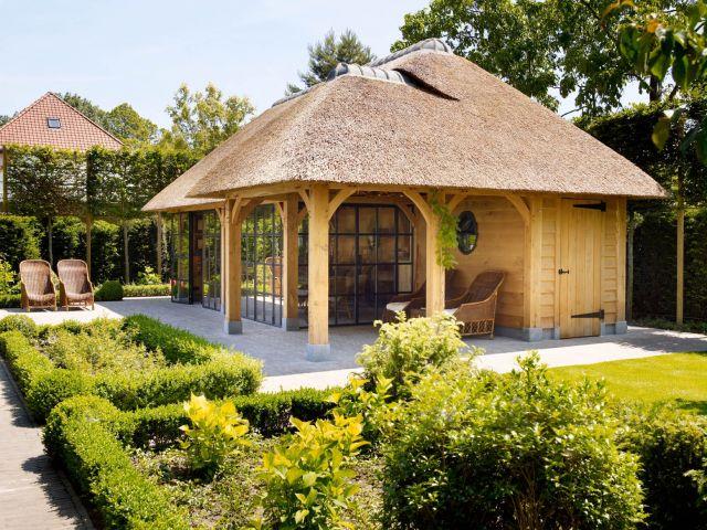 Bijgebouwen handgemaakt van eikenhout met rieten dak en stalen ramen en kozijnen in Gent België.