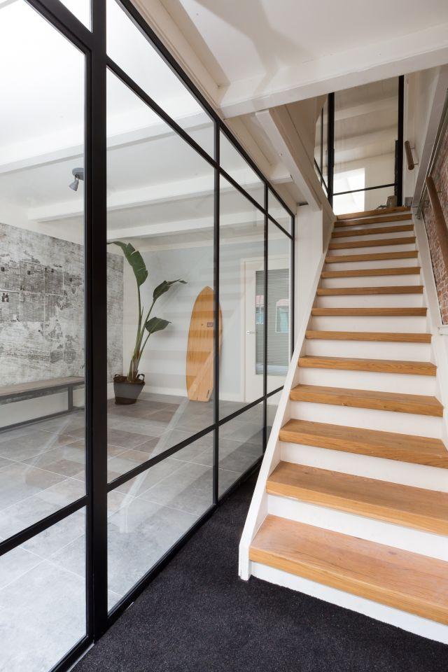 Stalen deur in afscheidingswand naar trap gemaakt voor aflevering verbouwen of verhuizen van vtwonen in Vlaardingen.