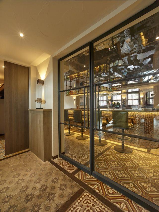 Stalen taatsdeuren naar beide zijden te openen toegepast in horeca in Scheveningen.