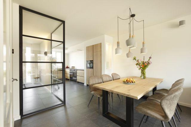 Stalen wand als transparante scheiding tussen hal en woonkomer zorgen voor optimale lichtinval.