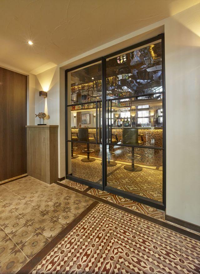 Stalen taatsdeuren met drie-vaksverdeling toegepast in horeca in Scheveningen.