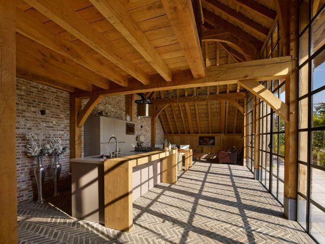 Stalen deuren met glas vormen een transparante afsluiting van het exclusieve tuinpaviljoen in Werkhoven.