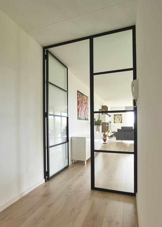 Stalen deur met Paumelle scharnieren en zijpaneel in appartement in Teteringen.