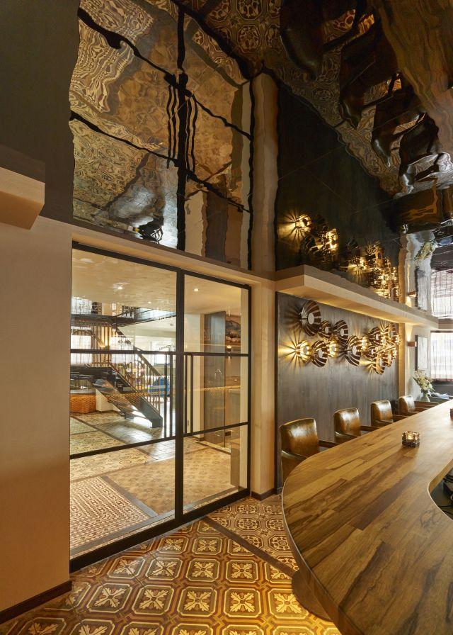 Stalen taatsdeuren in restaurant Opporto in Scheveningen gaan naar twee kanten dus altijd in de looprichting open.