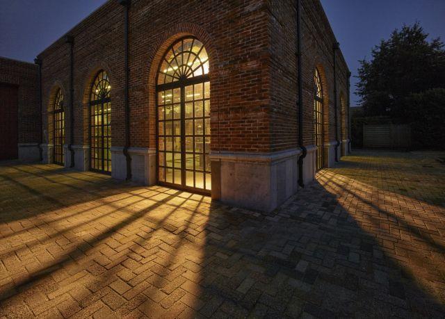 Stalen deuren met getoogd bovenlicht in het staalatelier in Made.