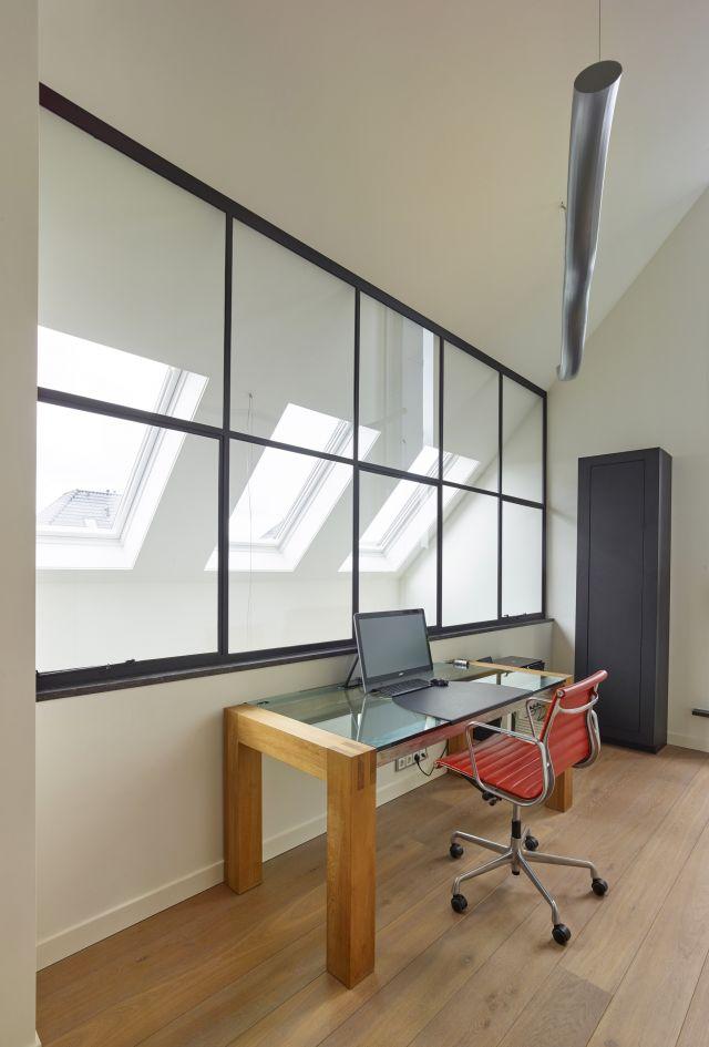 Stalen ramen in werkkamer zorgen voor een optimale lichtinval in Prinsenbeek.