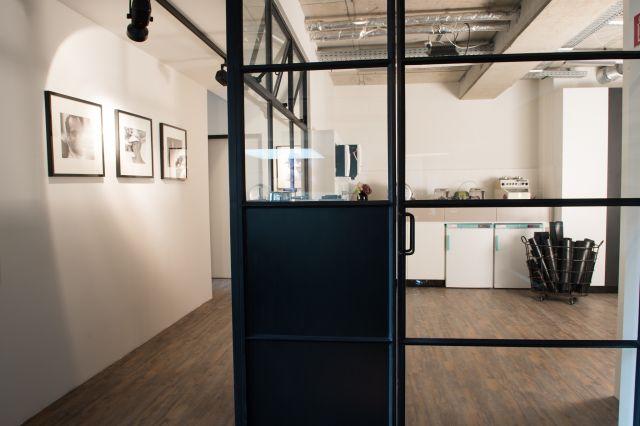 Stalen binnenpui verdeelt de ruimtes in tandheelkundig laboratoruim in Hamburg Duitsland.