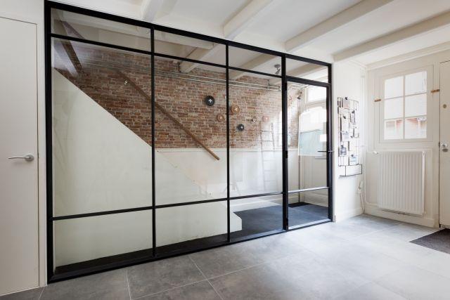 Wand van staal met glas met een stalen loopdeur. Aflevering Verbouwen of Verhuizen vtwonen in Vlaardingen.