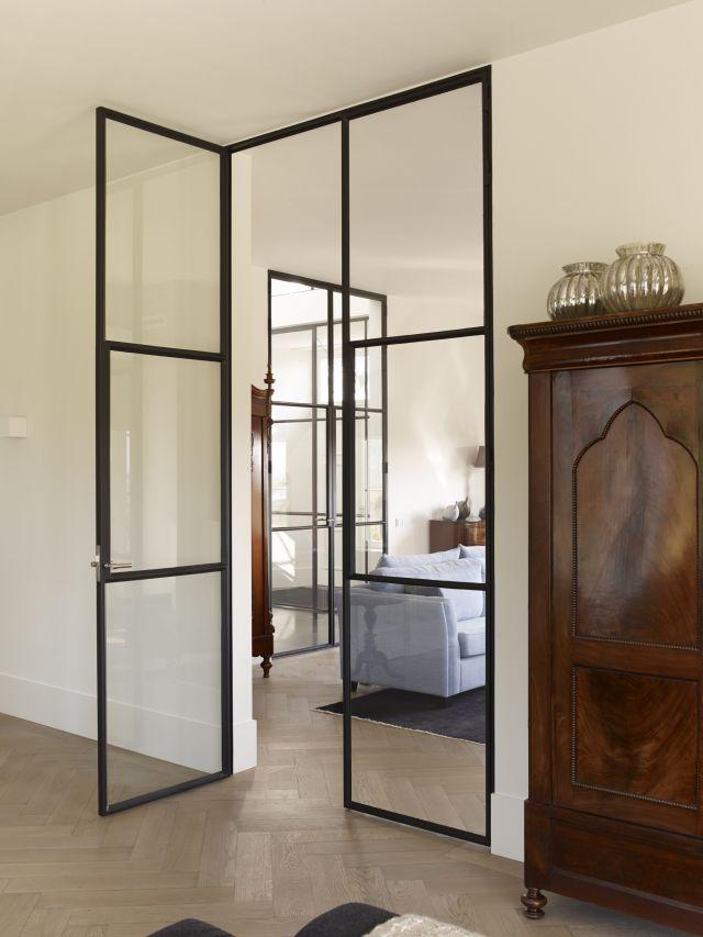 Dubbele stalen deuren met glas tussen hal en woonkamer in Woudrichem.
