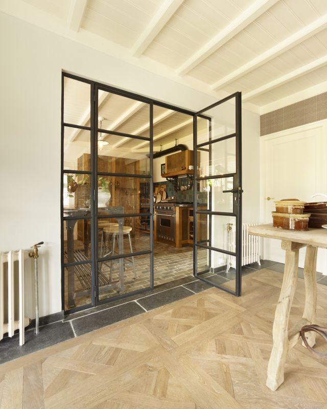 Dubbele stalen deuren met zijpanelen en Paumelle scharnieren in Made.