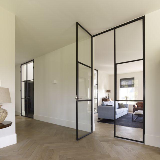 Dubbele openslaande deuren van staal met glas en in drievaksverdeling in Woudrichem.