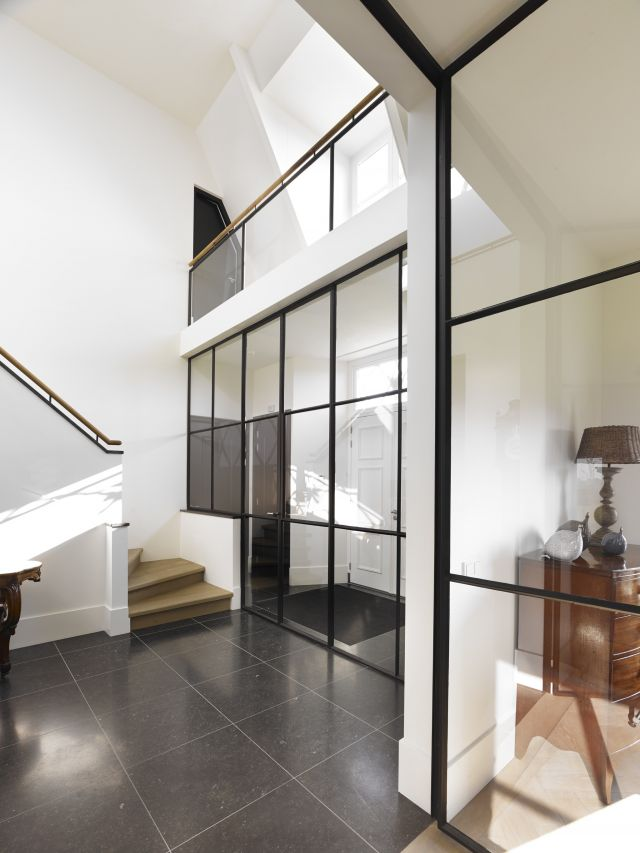 Stalen deuren met glas van entree naar hal en van hal naar woonruimtes in Woudrichem.