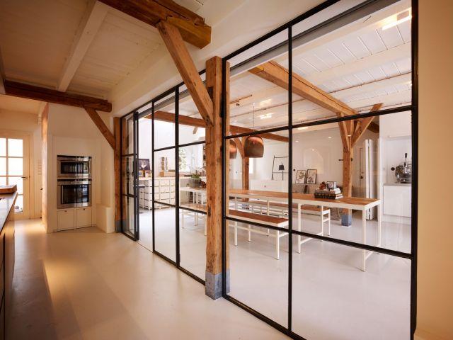 Wit stalen meubels met ingelegd hout in de home-office in Voorburg.
