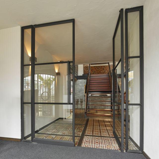 Stalen taatsdeuren bij entree in restaurant Opporto in Scheveningen.