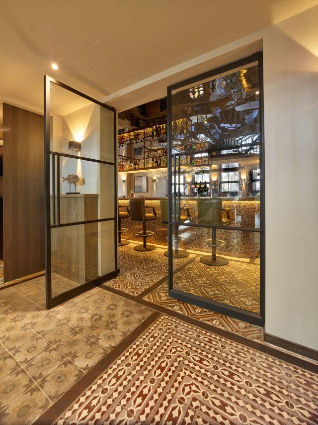 Stalen taatsdeuren in restaurant Opporto in Scheveningen.