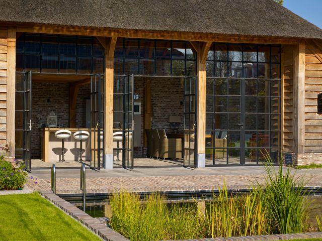 Eikenhouten bijgebouw van Rasenberg afgesloten met stalen deuren van Exclusive Steel in Werkhoven.