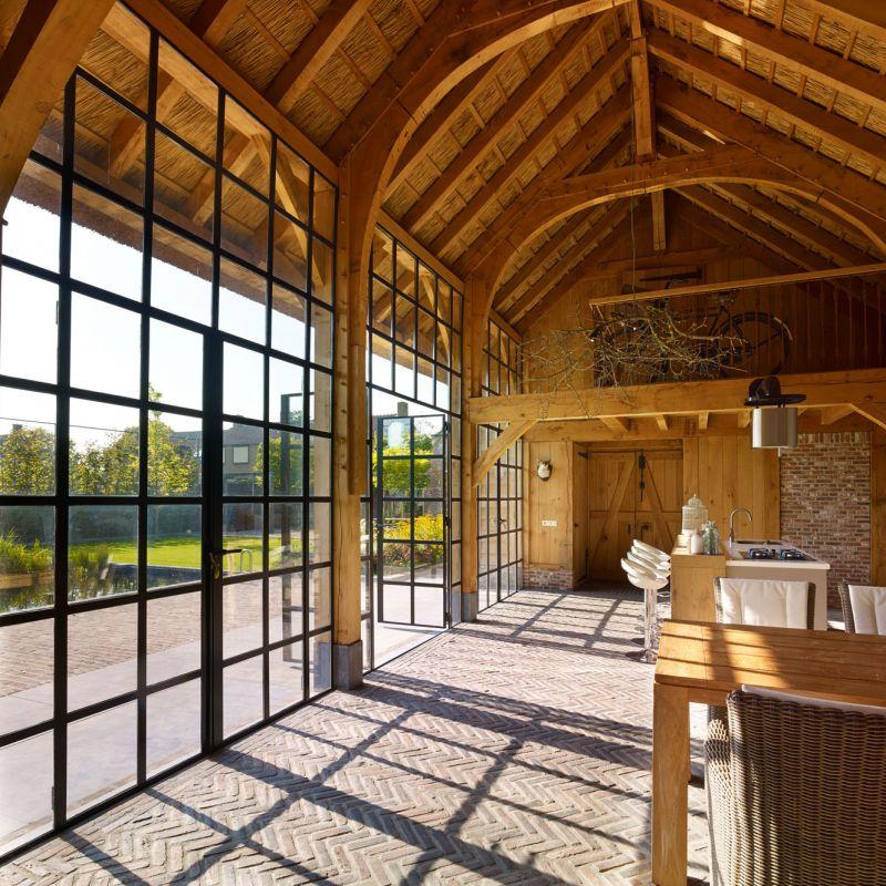 Eikenhouten bijgebouw met rondspant en stalen deuren van Exclusive Steel in Werkhoven.