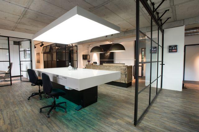 Stalen schuifdeuren met glas maakt de werkruimte flexibel.