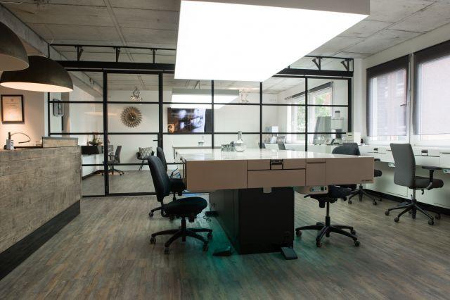 Stalen schuifwand met glas maakt de werkruimte flexibel.