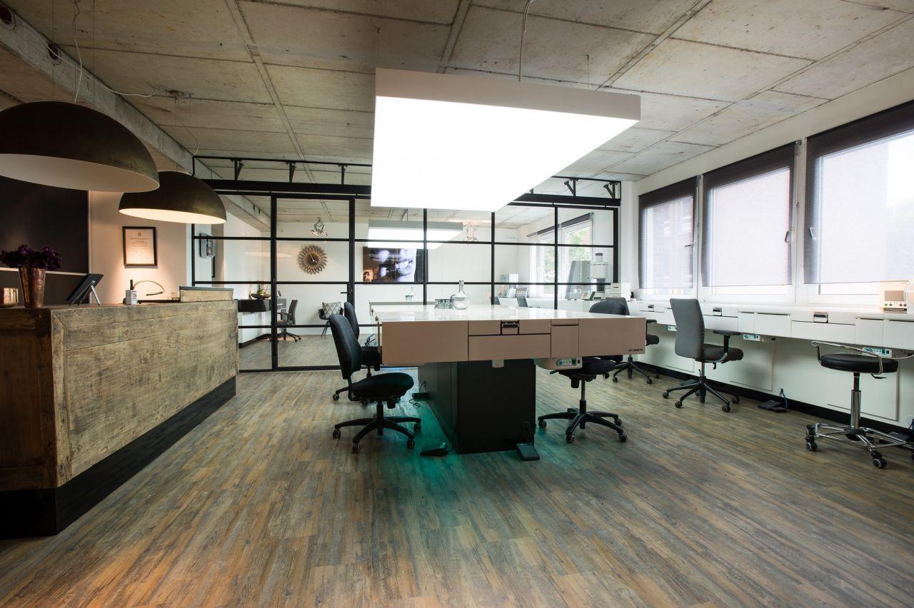 Stalen schuifdeuren met glas worden gebruikt om de werkruimtes flexibel in te delen. Project in Hamburg Duitsland.