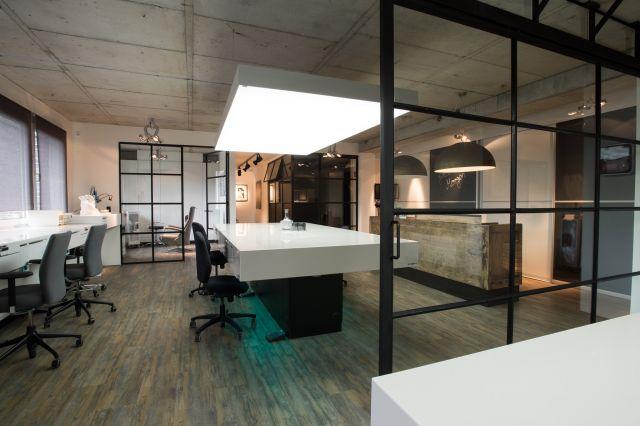 Stalen deuren met glas voor optimaal lichtinval en industriële stijl in Hamburg Duitsland.