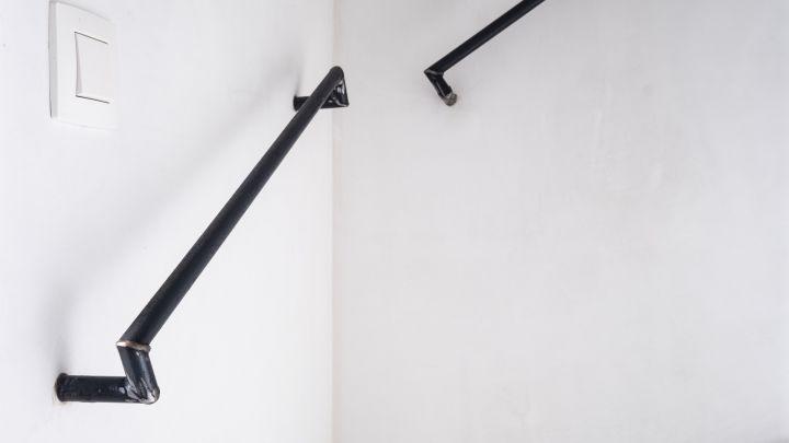 Handgemaakte stalen trapleuning met blinde bevestiging aan de muur.