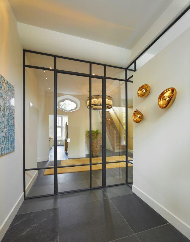 Stalen deur met bijzondere asymmetrische vakverdeling in Amsterdam.