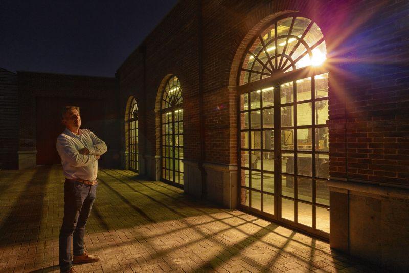 Leo Rasenberg voor het staalatelier in Made waar de stalen deuren en kozijnen worden gemaakt.