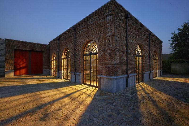 In het staalatelier in Made worden stalen deuren en kozijnen gemaakt.
