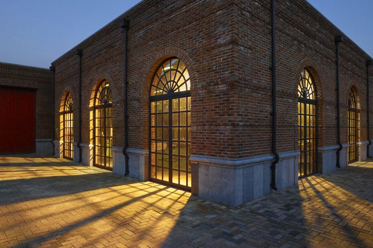 Warm licht uit het staalatelier in Made. Hier worden de stalen deuren en kozijnen van Exclusive Steel gemaakt.